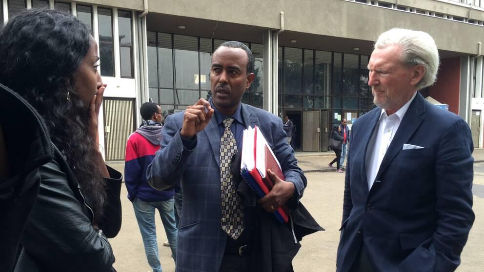Dottern Emy Maru och den svenske advokaten Hans Bagner tar emot beskedet från Fikru Marus etiopiske advokat.
