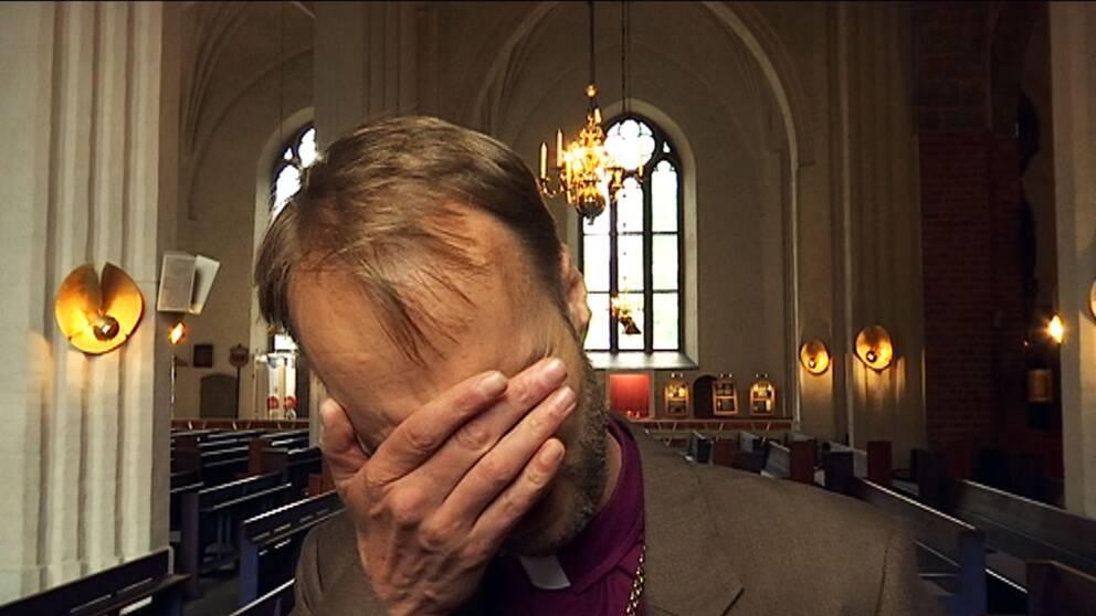 Mikael Mogren, biskop för Västerås stift, faller i tårar över tanken på de tilltänkta åtstramningarna i asylreglerna.