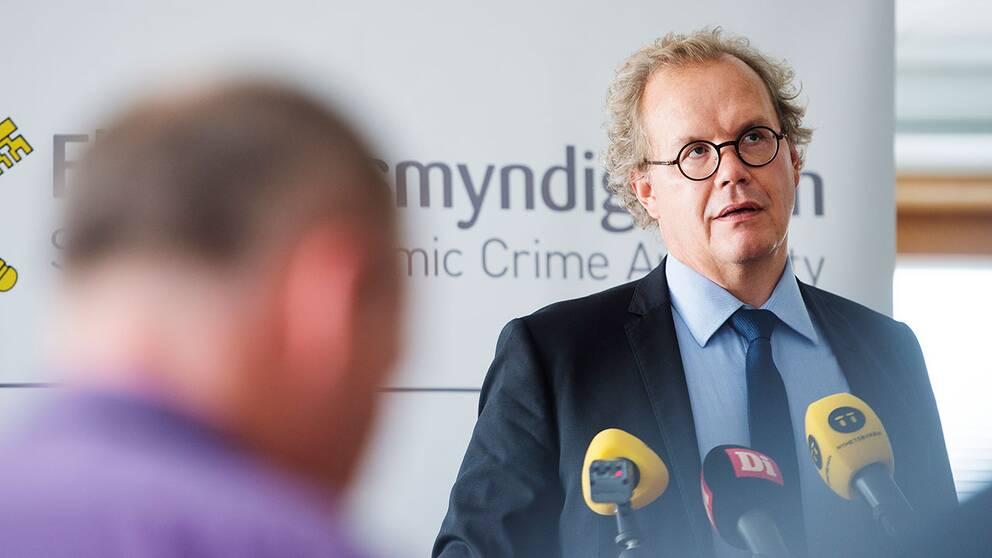 Chefsåklagaer Martin Tidén under Ekobrottsmyndighetens pressträff angående domen för HQ bank.