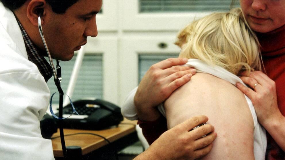 Läkare lyssnar på barn med stetoskop