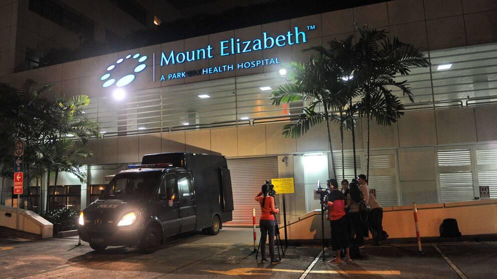 Den unga indiska kvinna som gruppvåldtogs på en buss i New Delhi har avlidit på Mount Elizabeth Hospital i Singapore