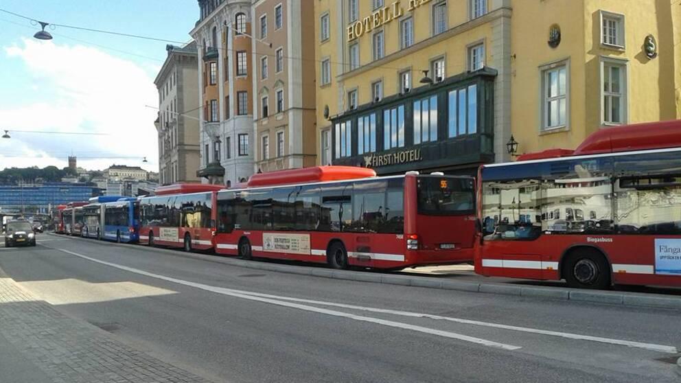 Bussarna på Skeppsbron står helt stilla.