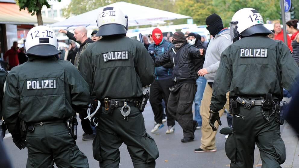 Poliser ingrep mot maskerade demonstranter i samband med att högerextrema demonstrerade i Köln.