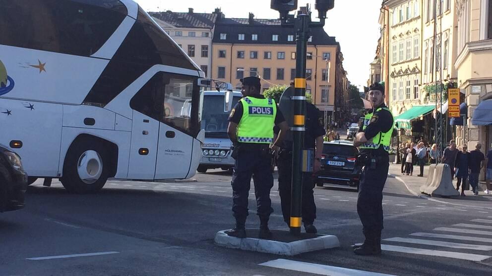 Polisen är på plats och dirigerar trafiken.