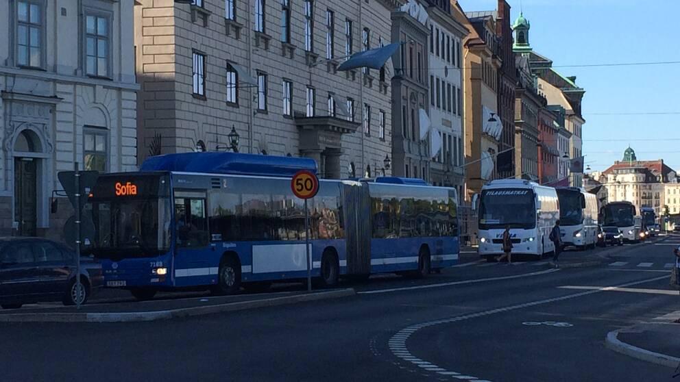 Kön av bussar ringlade lång under tisdagen.