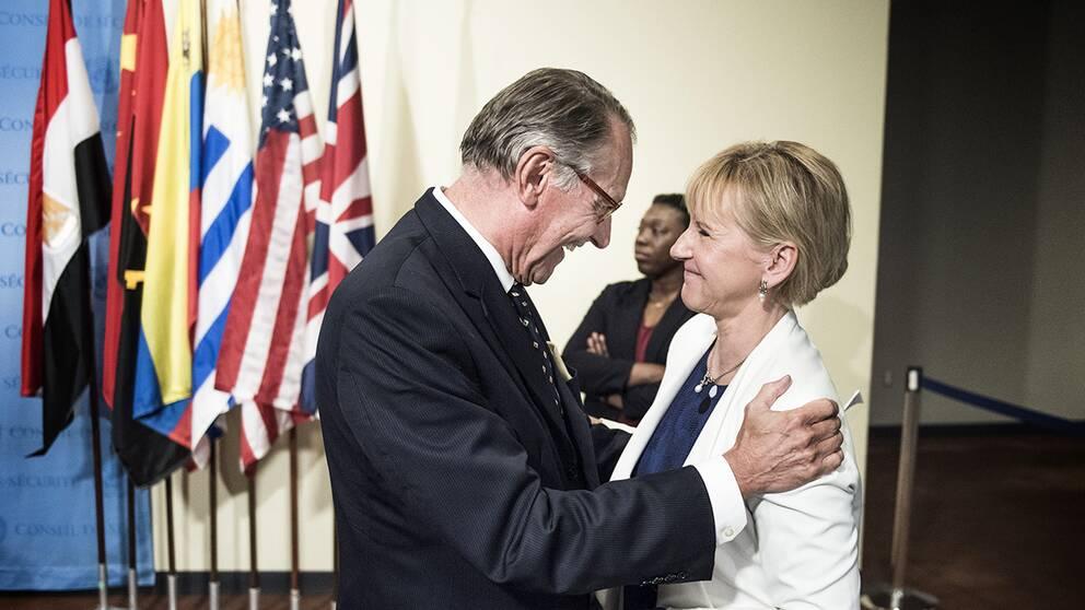FN:s vice generalsekreterare Jan Eliasson gratulerar Sveriges utrikesminister Margot Wallström till att Sverige just blivit invalt i FN:s säkerhetsråd.