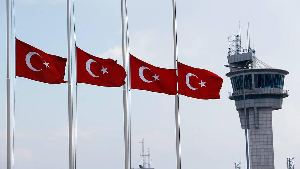 Den turkiska flaggan vajar på halv stång efter terrorattacken.