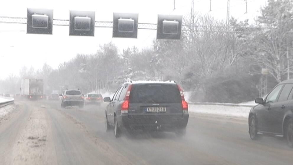 Under julhelgen började omslaget till mildväder, som här mitt i snöblasket på väg utanför Stockholm på juldagen den 25 december.