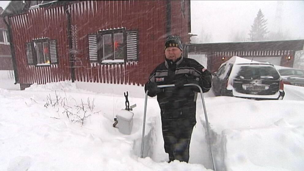 Det fanns gott om snö för Jan Stenlund och alla andra i Skelleftehamn utanför Skellefteå att skotta den 2 december när stråket med snöbyar låg in över just Västerbottenskusten.