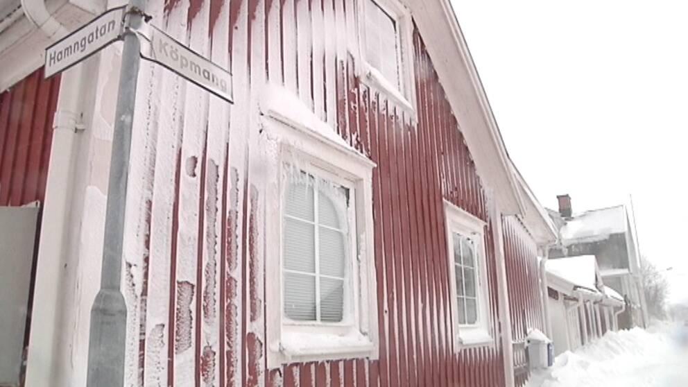 Snö och blåst piskade hårt mot denna husfasad i Mörbylånga på Öland den 11 december.
