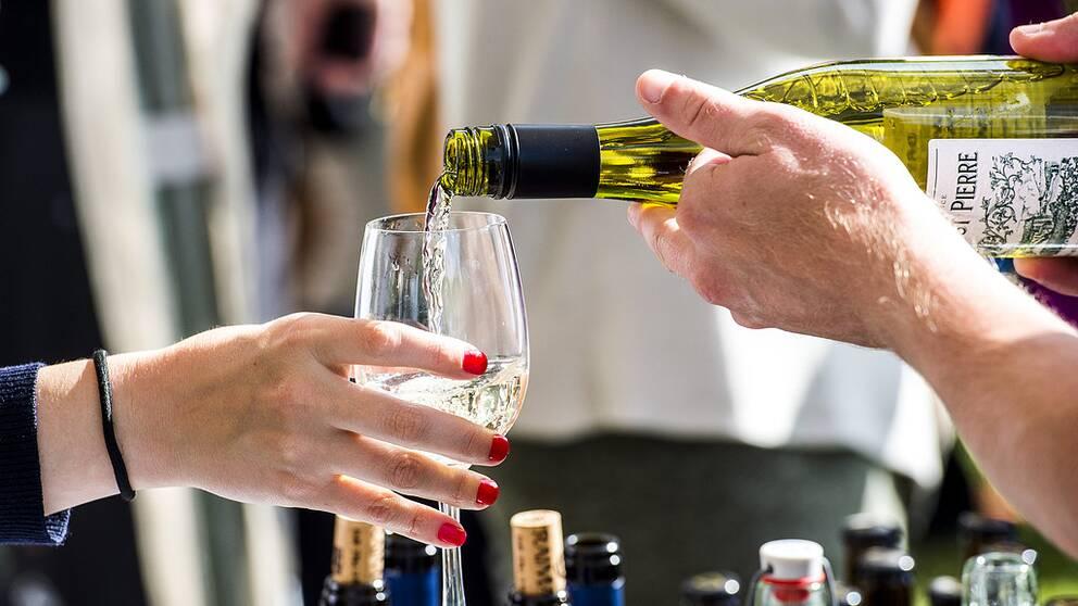 Vin serveras under ett mingel i Almedalen.