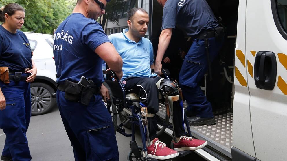 Syriern Fahdawy Ghazy förs in i rättssalen i Szeged i Ungern där han dömdes för att ha korsat den ungerska gränsen illegalt.