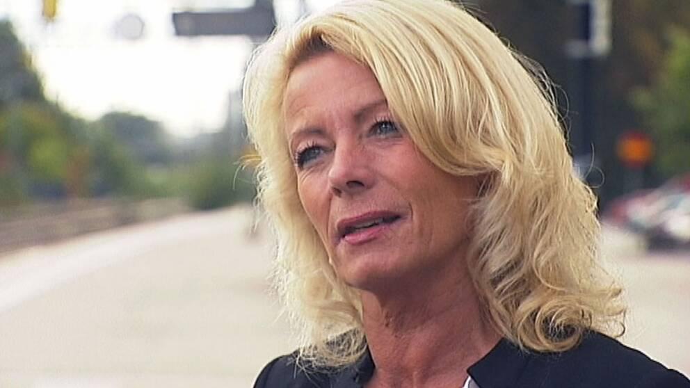 Riksdagsledamoten Pia Nilsson (S) intervjuas av SVT på en tågperrong.