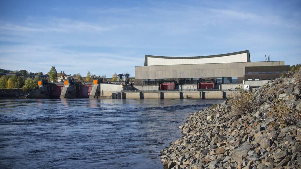 Sollefteåforsens kraftverksdamm nedströms dammen.