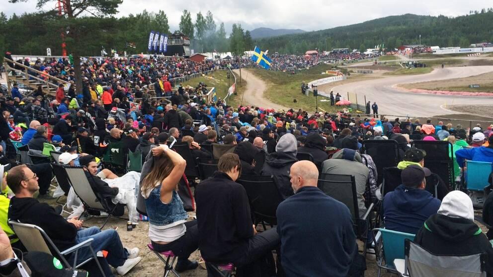 Publik som sitter runt rallycrossbanan i Höljes
