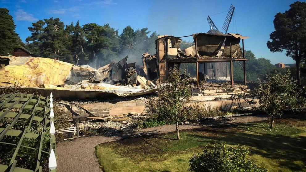 Det gamla värdshuset på Torekällberget i Södertälje har helt förstörts i en brand.