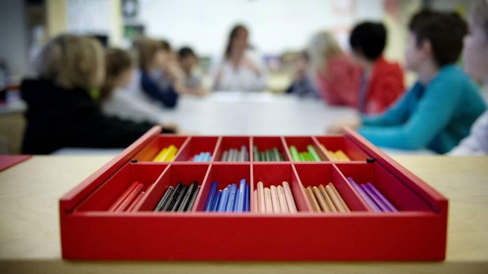 Färgpenor i ett klassrum.
