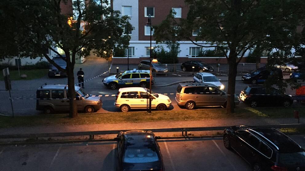 Polisen tror att automatvapen kan ha använts när skott avlossades i Sollentuna utanför Stockholm.