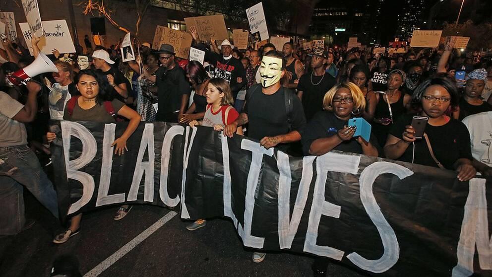 """Tusentals demonstrerade mot polisvåld i den amerikanska staden Phoenix. På bilden håller demonstranter upp en skylt med texten """"Black Lives Matter""""."""