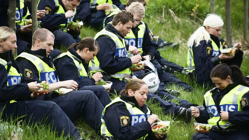 Elever från polisutbildningen under övning. Arkivbild.