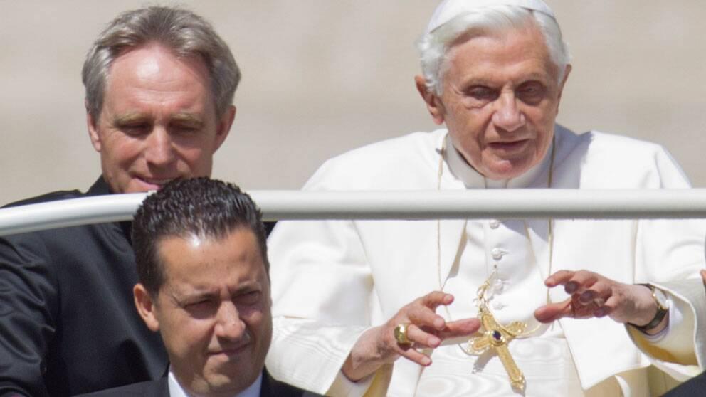 Påven Bendictus XVI tillsammans med sin butler Paolo Gabriele (längst ner t.v). Gabriele är nu anklagad för att ha läckt hemliga dokument inifrån Vatikanen.