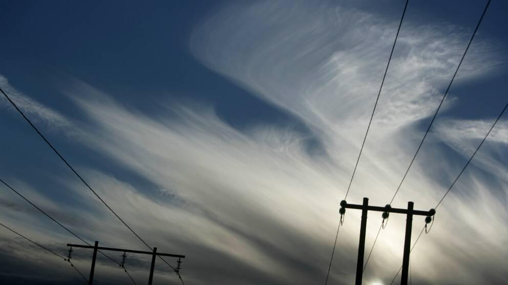 bild på elledningar mot himmel