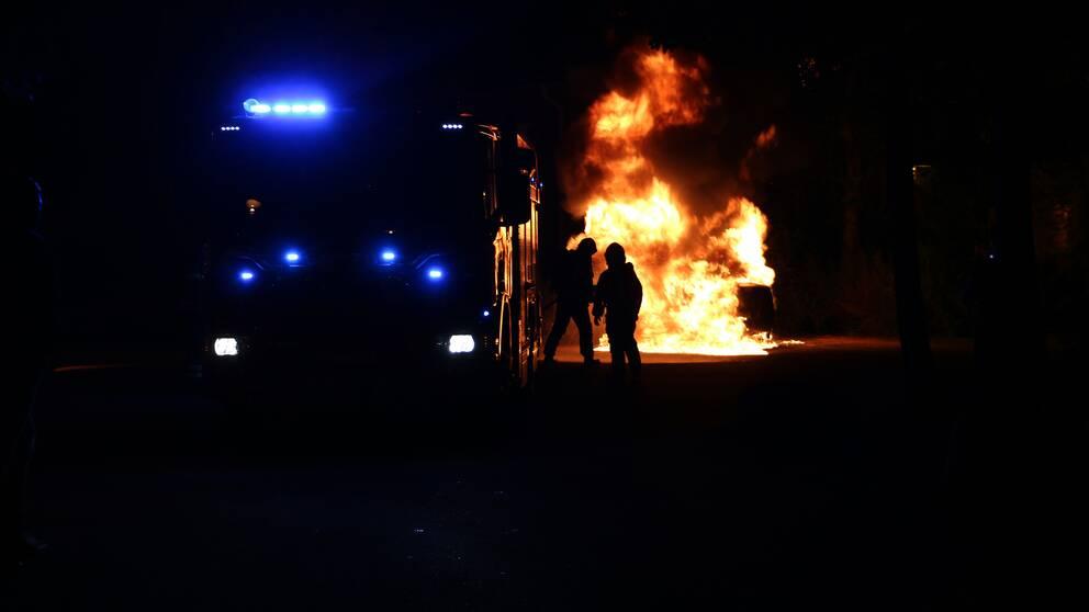 Räddningstjänsten släcker en bilbrand i Stenhagen under lördagsnatten.