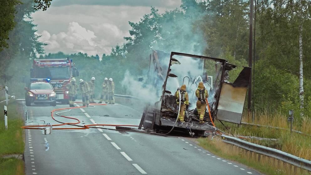 Brandmän, rykande lastbil, brand, ryker, rök, rökdykare, väg