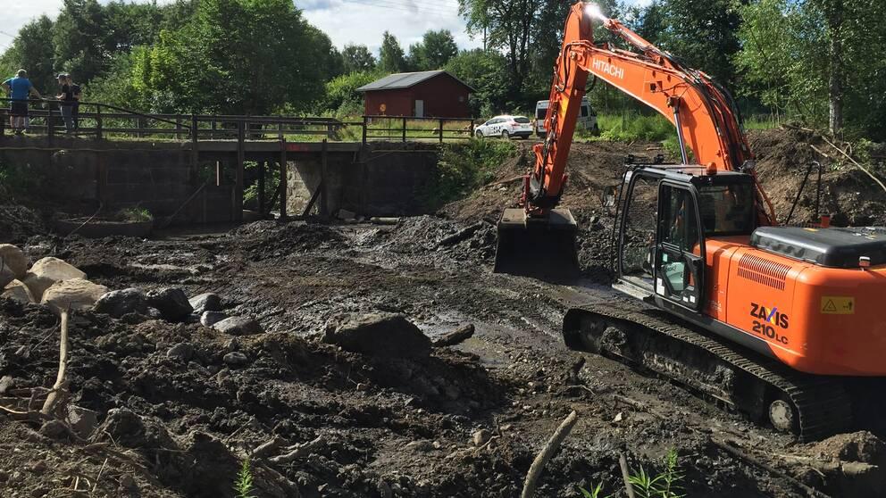 Dammrivning Guldsmedshyttan, Örebro län, grävmaskin.