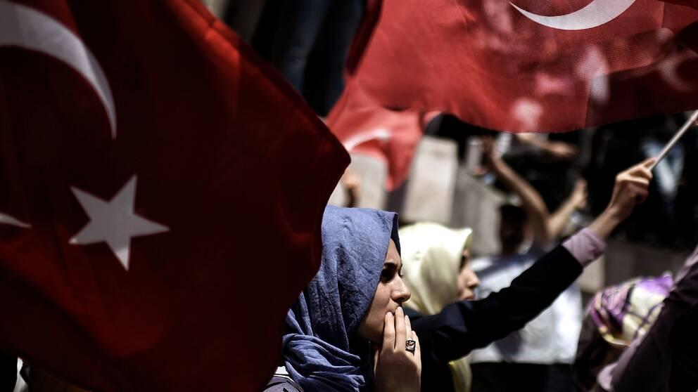 En Erdogan-supporter på en demonstration i Turkiets huvudstad Istanbul.