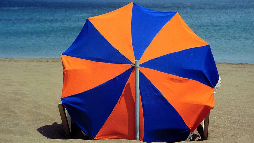 parasoll på solstrand
