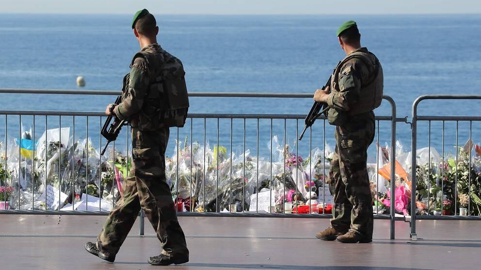Två militärer bevakar strandpromenaden i Nice.