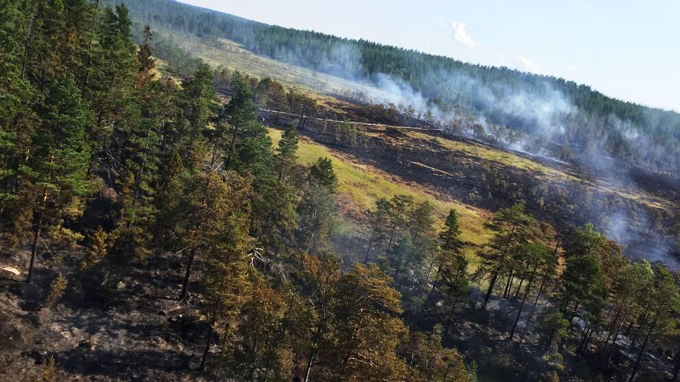 Helikopter släcker brand Bocksboda