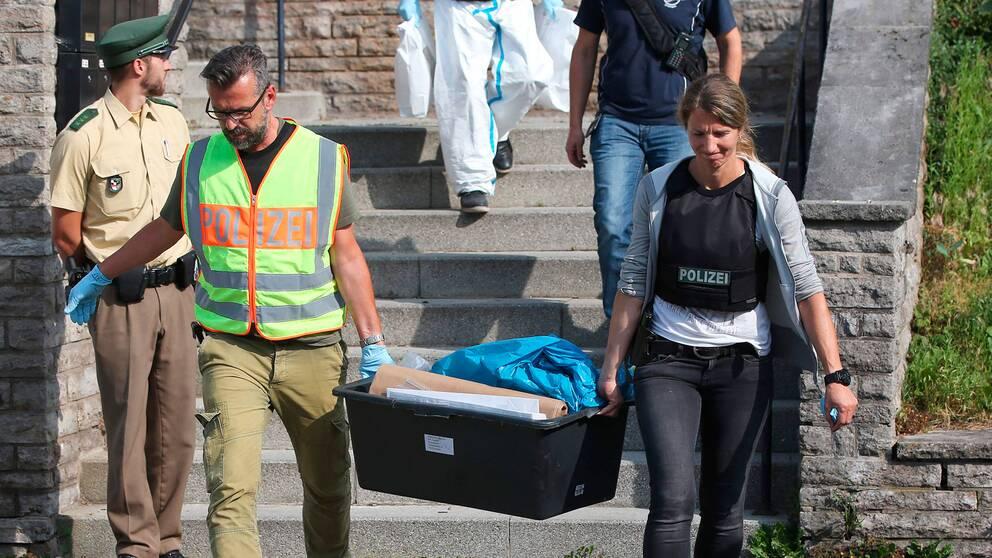 Polis bär ut saker från flyktingboendet där den 27-årige gärningsmannen bodde i Ansbach, Tyskland. I bostaden hittades bland annat material för att tillverka bomber.