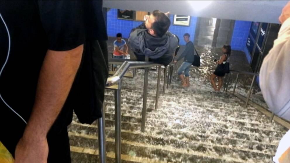 Vatten rinner ner vid Medborgarplatsen.