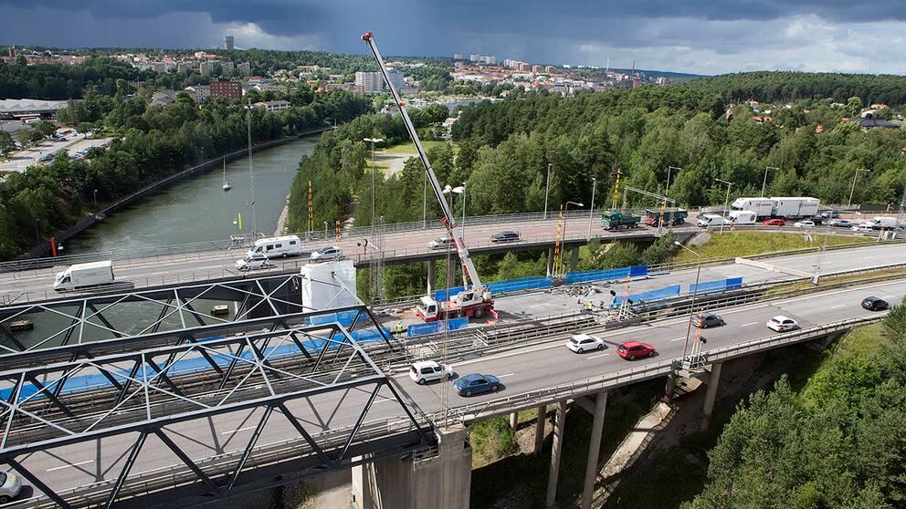 Översiktsbild av motorvägsbron i Södertälje som repareras.