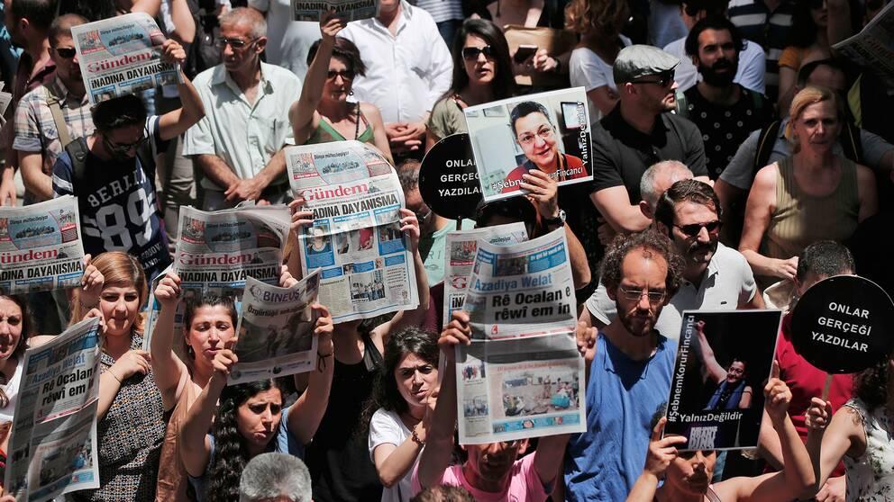 Människor demonstrerar mot gripandet av journalister i Istanbul.