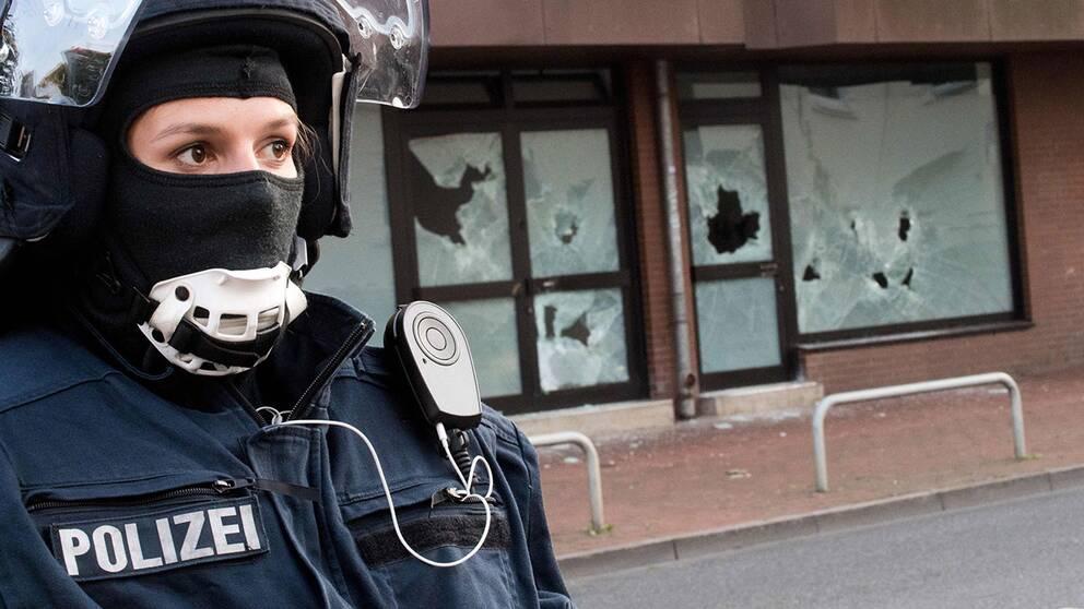 Polis utanför en genomsökt moské i Hildesheim.