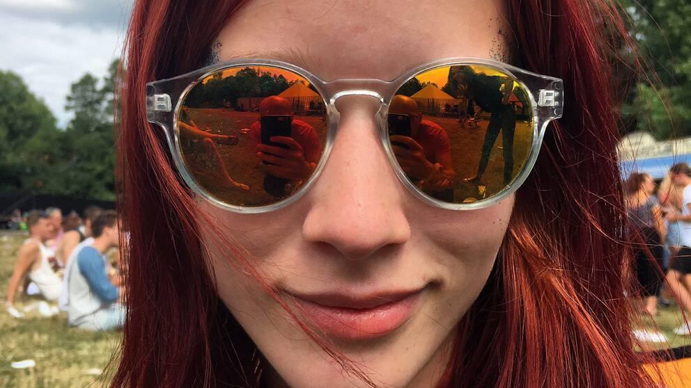 Närbild på tjej med speglande solglasögon