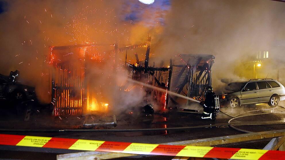 En av flera bränder i Borlänge natten till lördag. Bland annat eldhärjades ett sophus på Norrskensgatan och en bod på en kolonilott.