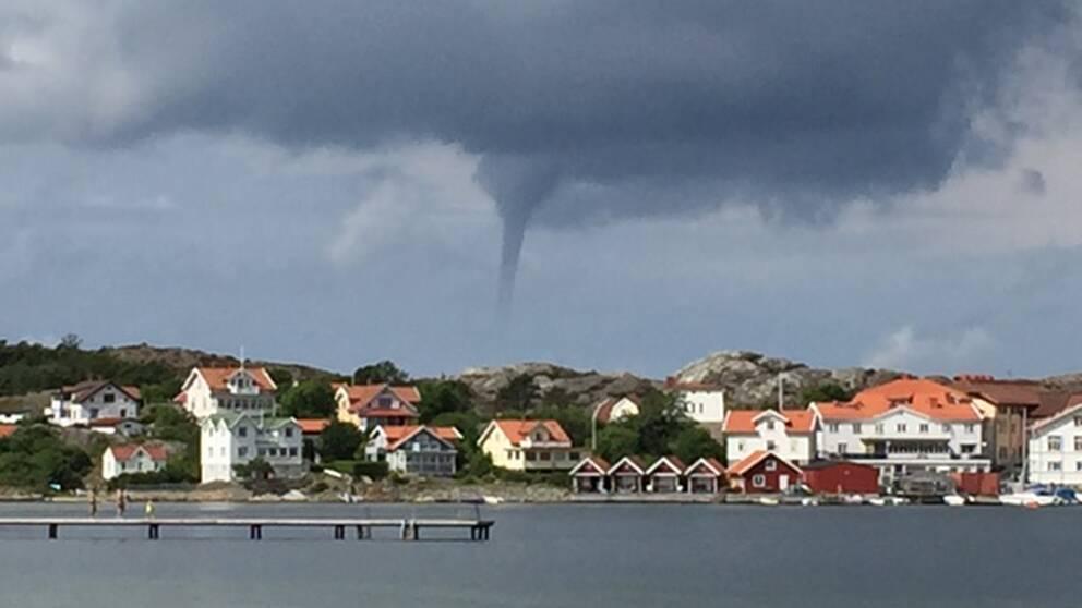 Tromb syns över berget vid en fiskeby i Bohuslän.