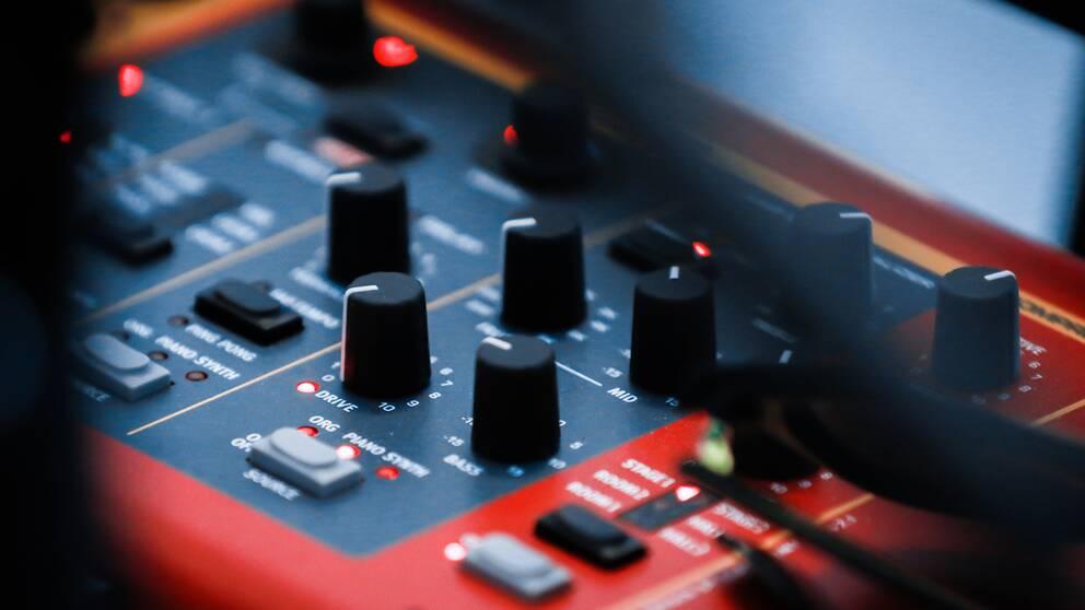 Spakar på ett mixerbord.