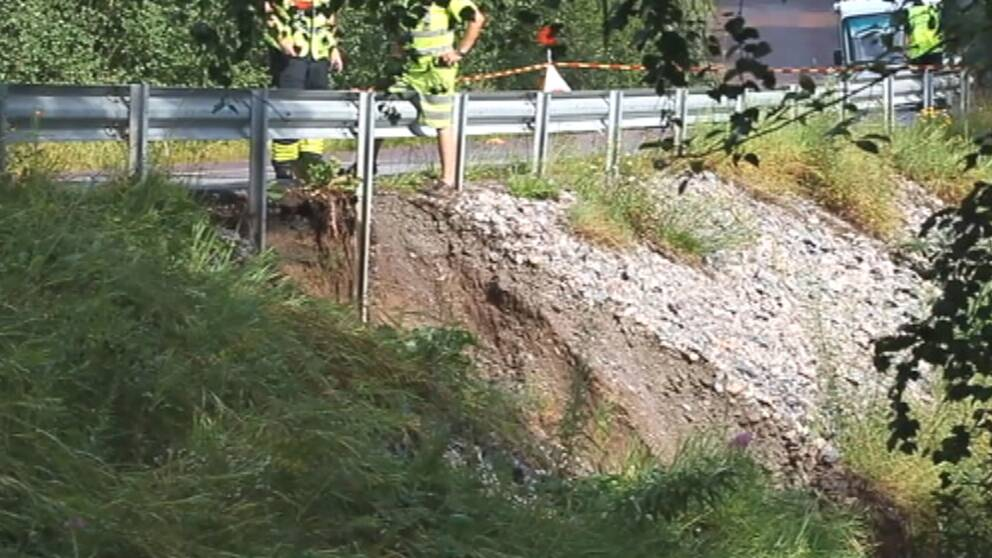 Länsväg 583 vid Lennheden norr om Borlänge i Dalarna underminerades efter kraftigt regn den 25 juli.