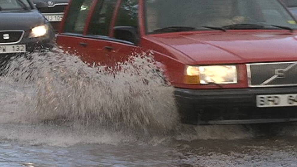 Regnfyllda gator i Sundsvall efter skyfallsliknande regn den 14 juli.