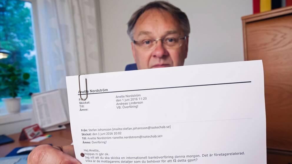 Stefan Johansson, vd på Isoleringsteknik AB i Luleå visar upp ett av mejlen som bedragarna skickat ut i hans namn.