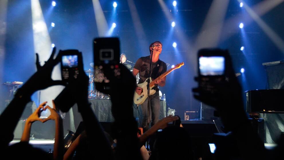 Mobiltelefonerna gör sin grej under en konsert med James Blunt i Libanon.