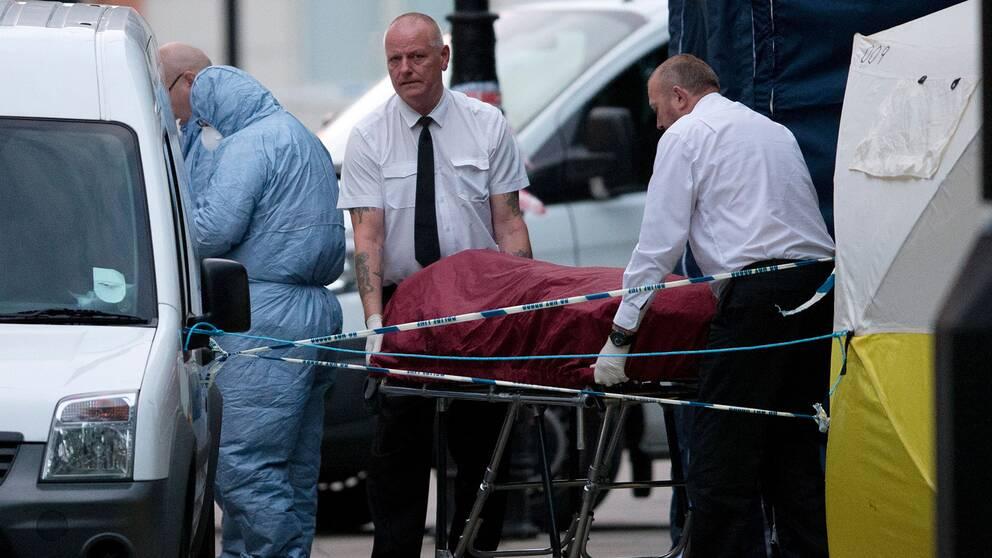 En dod efter massknivattack i london