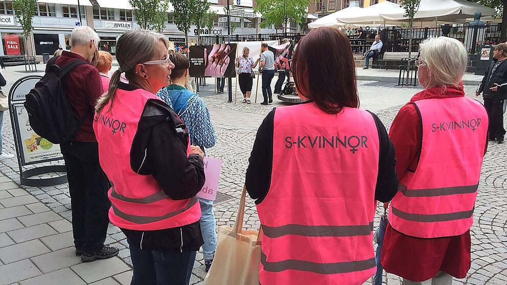 Motdemonstranter från S-kvinnor vid antiabortdemonstration i Falun