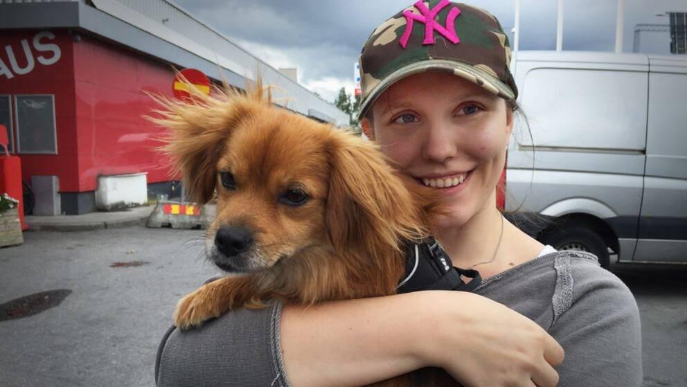Therez Ferencz och hunden Whiskey valde att resa hem till Älmhult redan innan den värsta helgtrafiken.