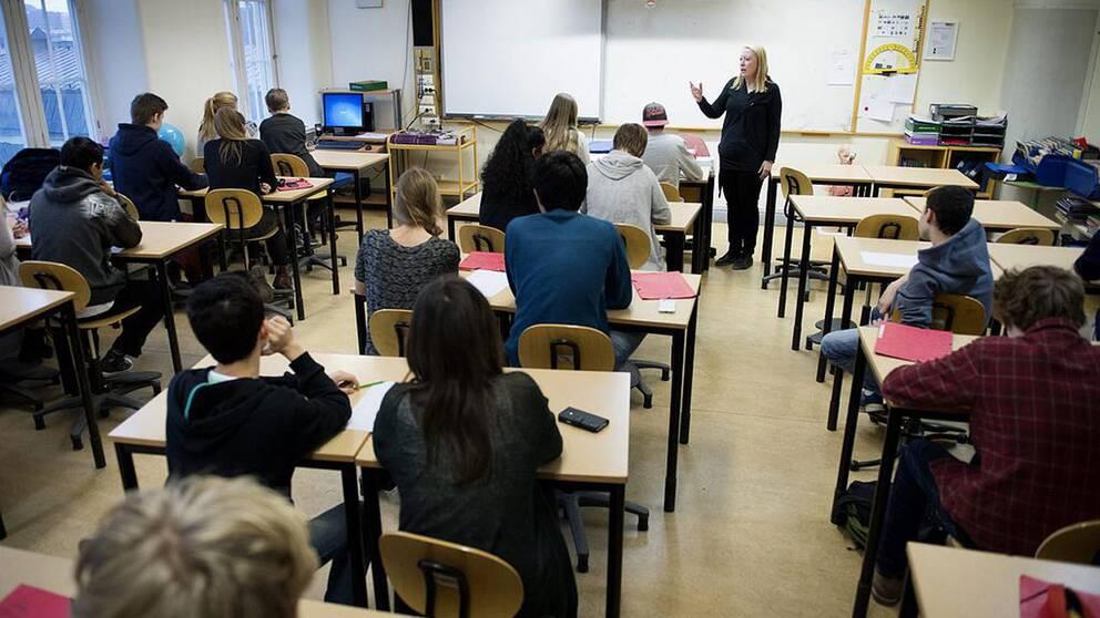 Ett klassrum, lärare och elever.